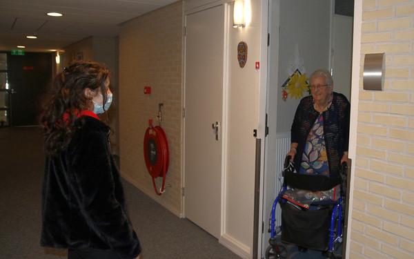 Leerlingen ONC Clauslaan bezorgen wekelijkse Lichtpuntjes bij eenzame ouderen